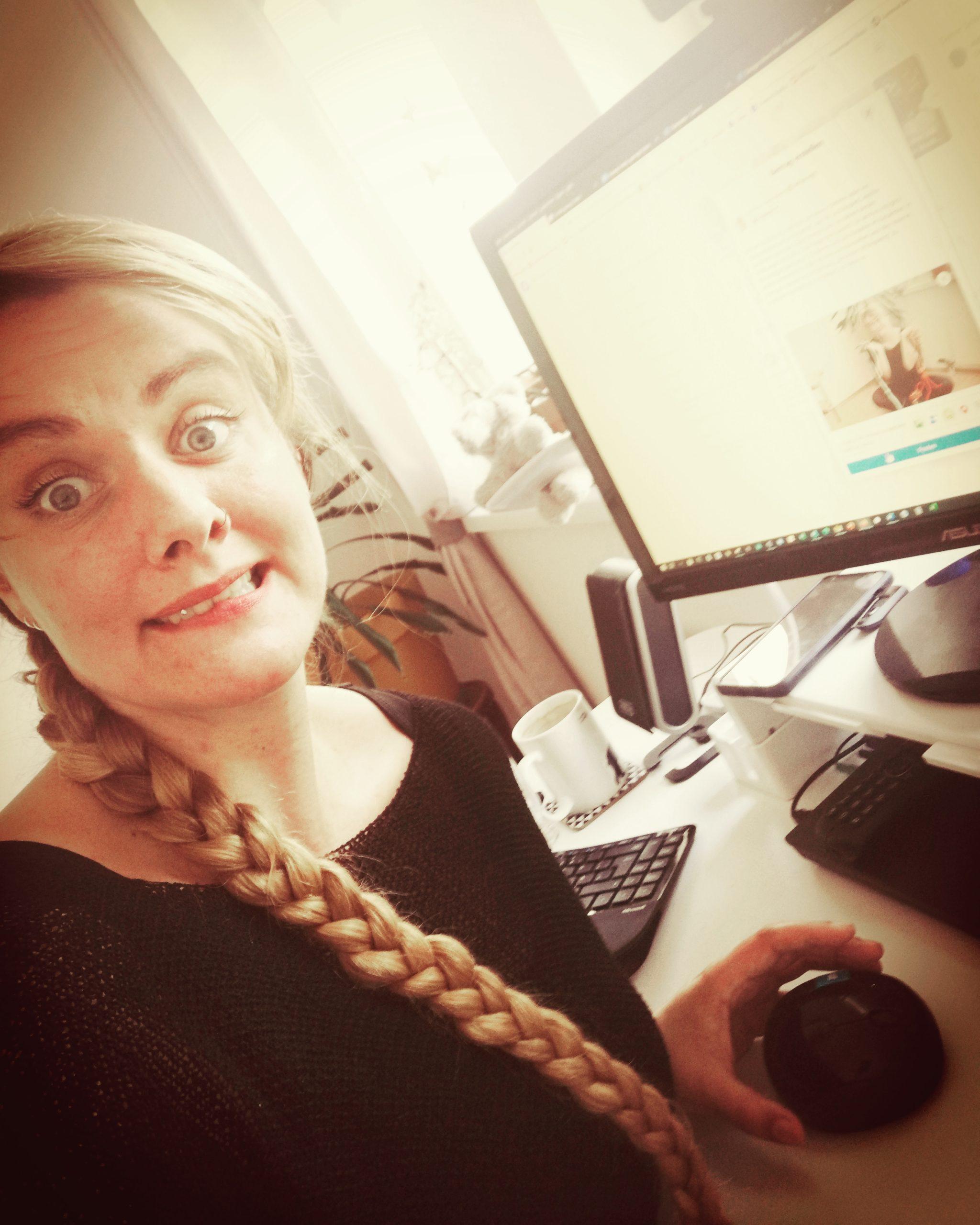 Das Bild zeigt Lorena während sie ihren ersten Blogartikel veröffentlicht. Sie sieht aufgeregt aus.